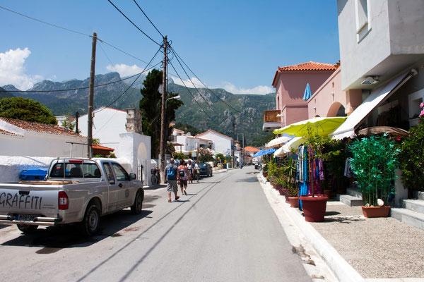 Hauptstraße links von unserem Hotel