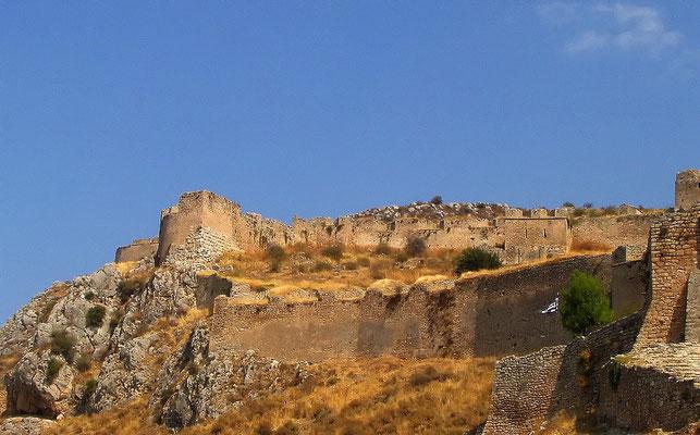 Mykene - Mykene (auch Mykenä) ist eine geschichtlich wertvolle Stadt  auf dem Peloponnes. Sie soll einst die Heimat des mythischen Königs Agamemnon gewesen sein, der die vereinten griechischen Heerscharen der Legende nach gen Troja geführt haben soll.