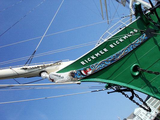Die Rickmer Rickmers ist das schwimmende Wahrzeichen der Hansestadt Hamburg. Das dreimastige Museumsschiff liegt an den Landungsbrücken vor Anker.