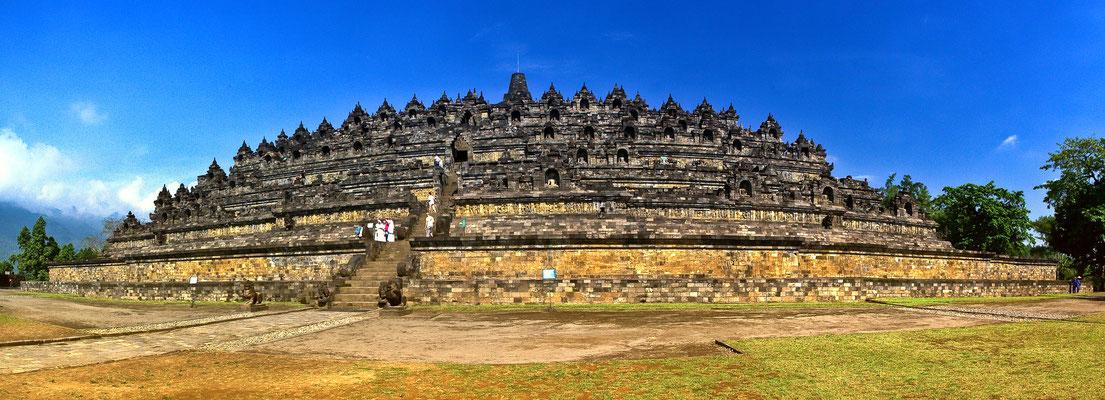 Der Borobudur-Tempel 42 Kilometer Nordöstlich von Yogyakarta ist eines der weltweit größte Heiligtümer des Buddhismus und gehört zum UNESCO Weltkulturerbe