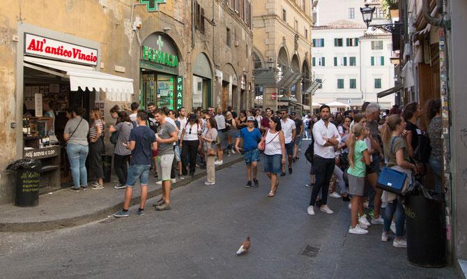 Schlange stehen vor dem All'Antico Vinaio (neben den Uffizien gelegen) – in den Restaurants gibt es Sandwiches aller Art im Restaurant oder auf die Hand.