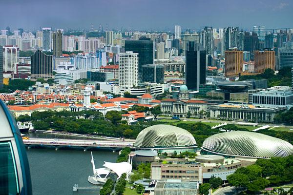 Das Esplanade Center, auch The Durians genannt. Es zählt aufgrund der außergewöhnlichen Architektur in Form zweier Durianfrüchte, seitdem zu den Wahrzeichen von Singapur.