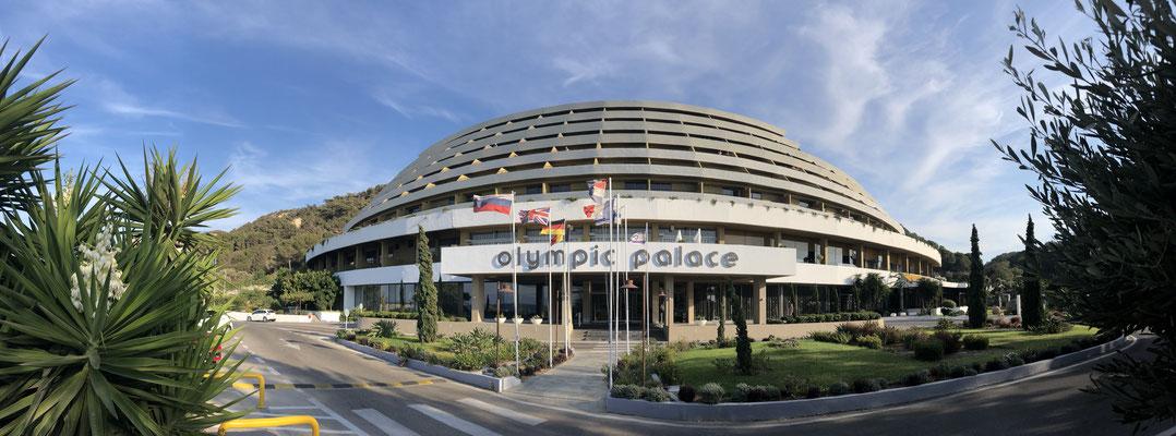 Olympic Palace Hotel in Ixia - ca. 5 km von Rhodos Stadt entfernt - Privatstrand (Kies), Sonnenliegen und Sonnenschirme sowie Strandtücher sind kostenlos.