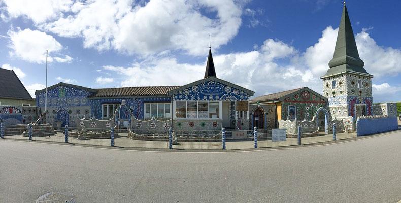 Das Sneglehuset in Thybøron ist von einem einzelnen Mann, der sein ganzes langes Leben daran gearbeitet hat, geschaffen worden. Das Schneckenhaus ist eine große Touristenattraktion – und sogar vom Königshaus besucht worden.