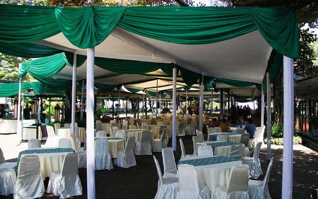 Vorbereitung einer Feier zu  Ehren des Sultans - die Familie des Sultans war bereits anwesend.