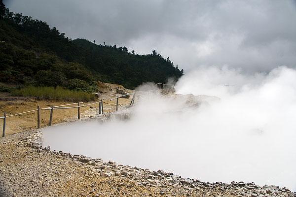 Das Dieng-Plateau liegt in Zentraljava (Jawa Tengah) auf rund 2000 Metern Höhe - Eine vulkanisch aktive Hochebene