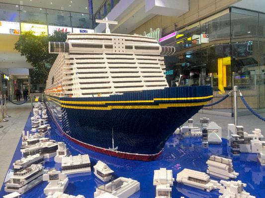 Zehn Tage wurde im Niendorfer Tibarg-Center am weltgrößten Lego-Kreuzfahrtschiff gebastelt. Es ist 8,5 Meter lang, eine Tonne schwer und besteht aus 600.000 Steinchen.