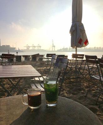 """""""Ahoi Strandkiosk"""" in Övelgönne - Schönes Ambiente direkt am Elbstrand, bei einem Heißgetränk auch in der kalten Jahreszeit empfehlenswert."""