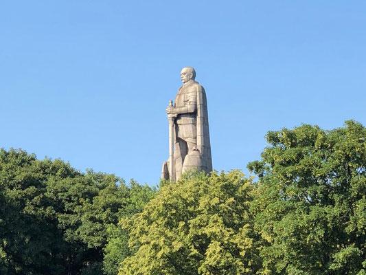Das weltweit größte Standbild des ersten deutschen Reichskanzlers, Otto von Bismarck, befindet sich unweit des Hamburger Hafens im Alten Elbpark.