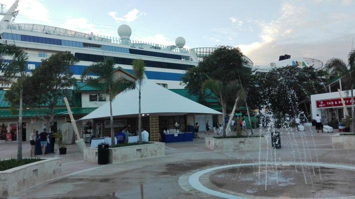 Shopping Area Cruise Terminal La Romana © Ben Simonsen