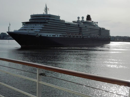 Queen Elizabeth in Hafen von Kiel