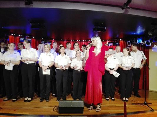 AIDA Offiziere als Chanty-Chor ©Ben Simonsen