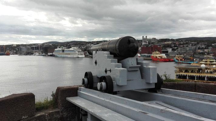 Kanone an der Hafeneinfahrt