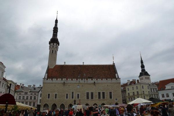 Rathausplatz mit Rathaus