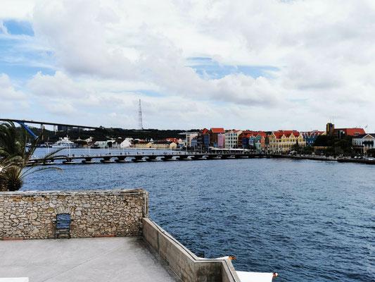 Blick über die St. Anna Bay mit Königin-Emma-Brücke © Ben Simonsen