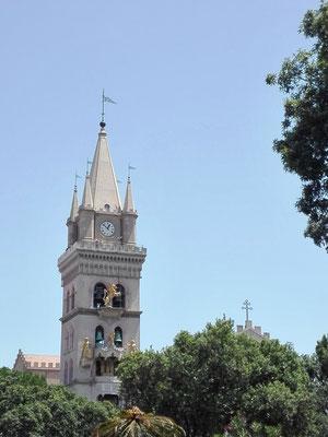 Seitenturm des Doms von Messina mit astronomischer Uhr