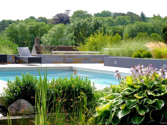 Terrasse bois avec piscine ensoleillée - © NADEA