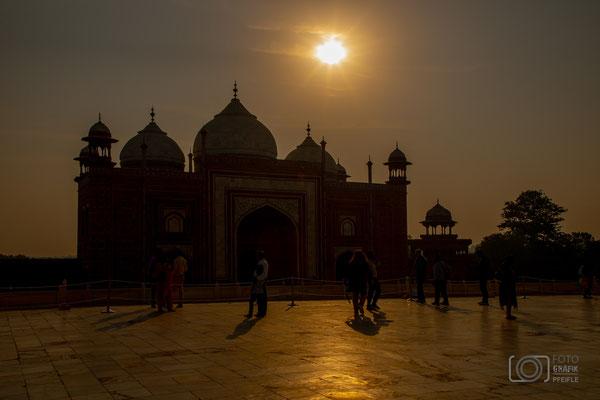 hinter dem Taj Mahal beim Sonnenaufgang
