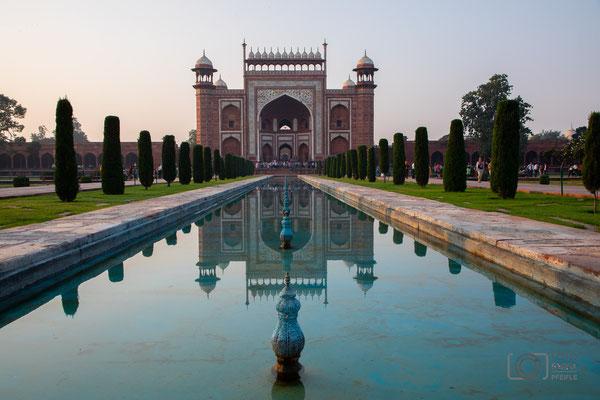 Blick vom Taj Mahal zum Ausgang