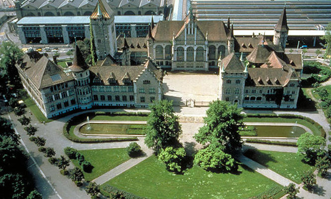 Park vor dem Landesmuseum