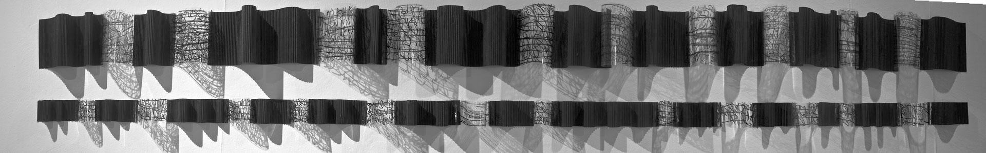 A qué hora sale la luna III, 2014. Acetato y cartón, 21x270 cms.