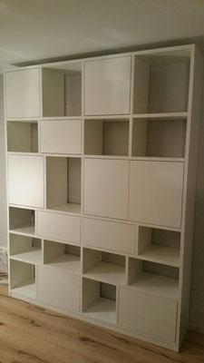 Bücherregal mit Schubladen und Türen. ..alles push to open