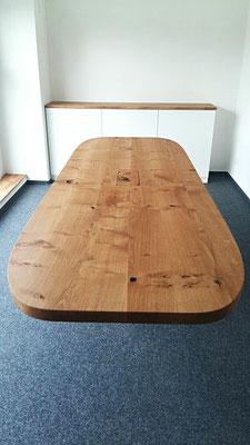 Konferenztisch mit Mittelfuss und Sideboard aus Wildeiche