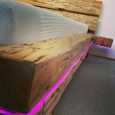 Bett aus alten Dachbalken mit LED Beleuchtung