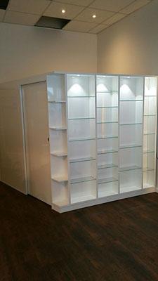 Raumteiler begehbar mit Schiebetür und Beleuchtung. ..Material Hochglanz