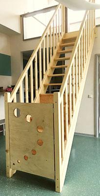 Massivholz Treppe geölt mit Tür  (Kindergarten) Geschoss Höhe 2,80m