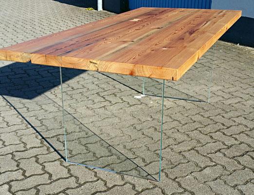 Tischplatte aus uralten Balken mit Kristallglasscheiben als Beine