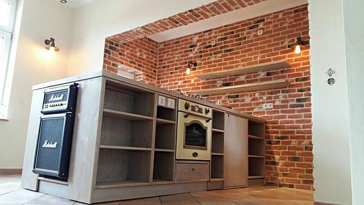 Küchenblock mit allen Geräten inkl Kühlschrank in Marshall Verstärker Optik