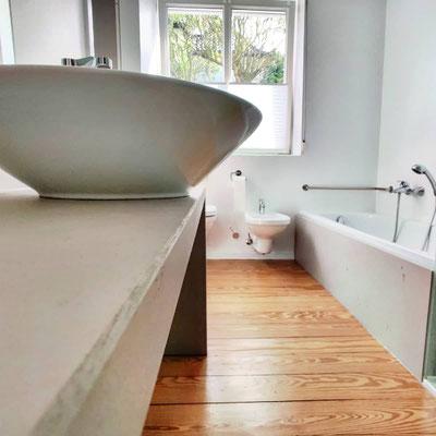 Waschtisch und Badewannenverkleidung aus Beton