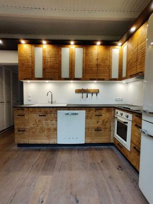 Küche Roseneiche Struktur gepresst und Beton, Griffe Rohstahl geschweißt, Füllungen Glas weiss matt