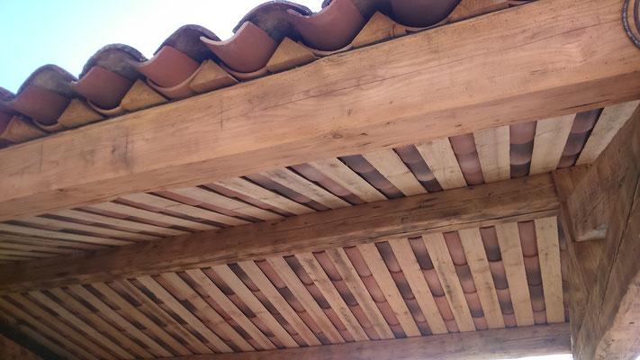 Espace extérieur couvert avec charpente en bois anciens