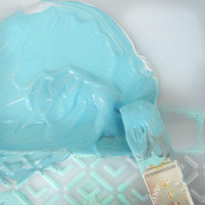 De gemengde verf voor het kleuren van de print van het vogeltje.