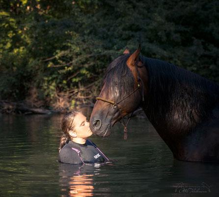 Sandokan MG V und ich beim Baden in der Loisach.  Wir verweilten gemeinsam eine ganze Weile im sehr kalten Loisach Wasser, genossen es sichtlich. Baden mit einem Wasser liebendem Pferd macht sehr viel Spaß!
