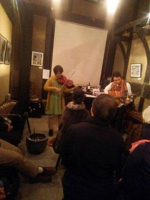 YATCHさんと、ゲストのスウェディッシュバイオリンのさおりさん。