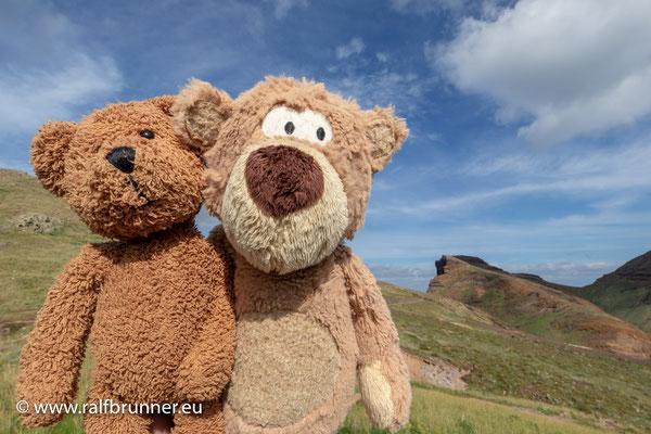 Nein, Ihr habt keinen Knick in der Optik und seht auch nicht doppelt! Ich habe meinen besten Freund nach Madeira mitgenommen: Gestatten, das ist der Freibär zu Bärlichingen zusammen mit mir an der Ostküste von Madeira!