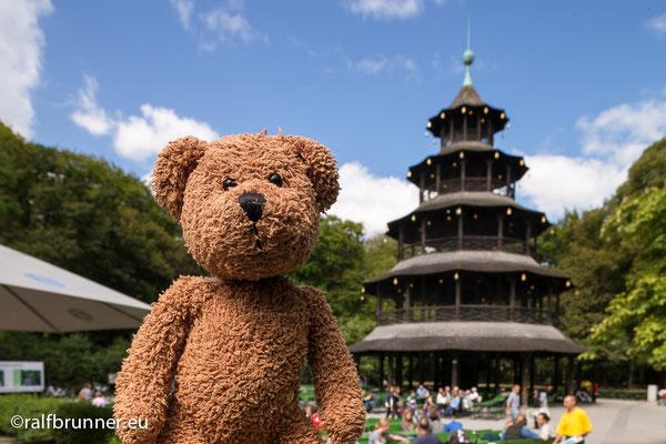 Und das ist der englische Garten mit dem japanischen Pavillon in der bayrischen Hauptstadt München.