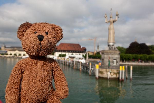 """Die dralle Dame da hinter mir heisst """"Imperia"""" und ist das Wahrzeichen von Konstanz, der größten Stadt am Bodensee."""