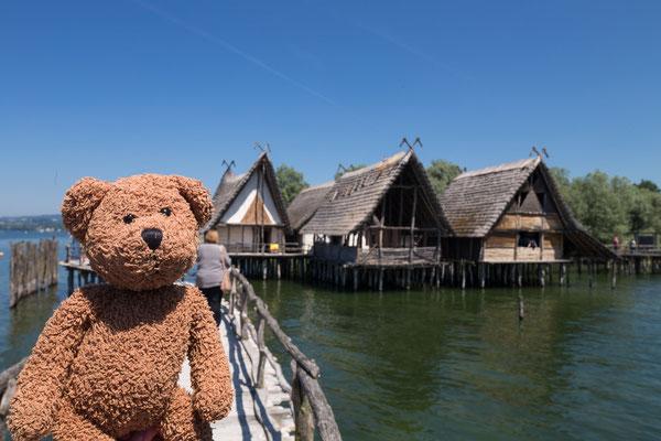Unteruhldingen ist ganz alt. So um die sechstausend Jahre alt. Damals haben die Menschen Pfahlbauten gebaut. Die sind heute ein Museum und Weltkulturerbe.