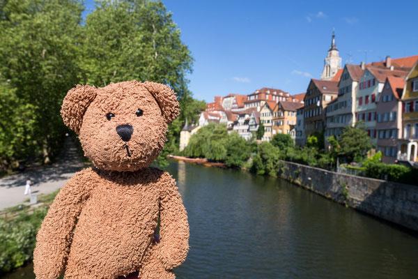 Hier bin ich in Tübingen und hinter mir in dem gelben Turm am Neckarufer hat der Gevatter Hölderlin sinniert und gedichtet.