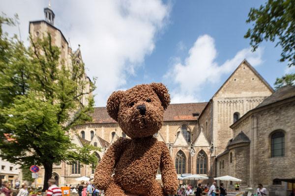 Hey, die Braun(bär)schweiger haben einen Dom. Nicht so was wie in Hamburg so mit Riesenrad, sondern vielmehr so eine große Kirche, in der es ganz doll hallt, wenn man laut brummt!