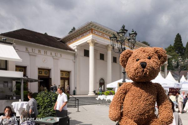 In Baden-Baden kann man natürlich auch baden. Oder gucken-gucken, wer einen Gucci-Pelz trägt.