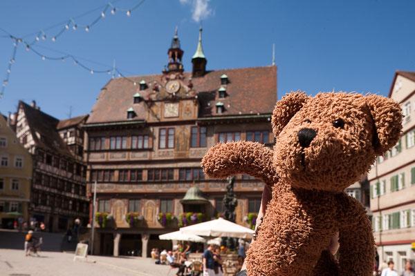 Hier bin ich in Tübingen. Das ist eine ganz alte Studentenstadt in Baden-Württemberg.