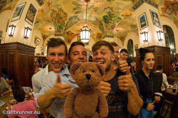 Froh zu sein bedarf es wenig, allenfalls ein wenig Maß-voll im Münchner Hofbräuhaus.