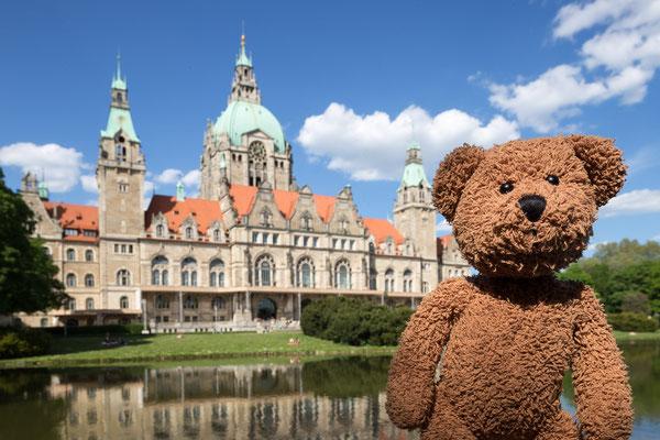 Das hinter mir ist das Rathaus von Hannover. Mächtig-prächtig und komplett bezahlt. Auf irgendetwas müssen die Hannoveraner ja auch stolz sein.