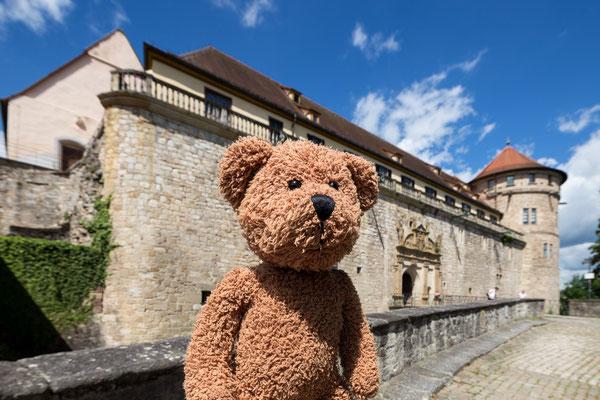 Hier in Tübingen hat im Jahr 2009 meine Karriere als Fotomodell-Bär begonnen. Das war toll, nach so langer Zeit mal wieder nach dem Rechten zu schauen. Und nach dem Linken! Und siehe da: Schloss Hohentübingen steht noch!