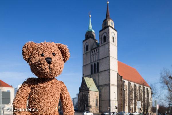 Hier bin ich in Magdeburg, das ist die Landeshauptstadt von Sachsen-Anhalt.